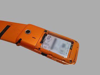 リチウム電池を外した携帯電話